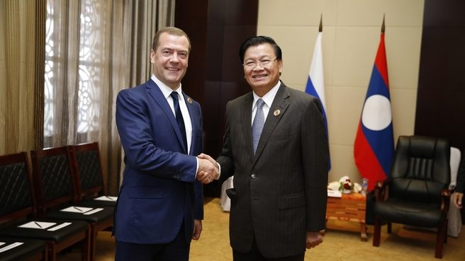Prime Ministers Sisoulith and Medvedev shakes hands
