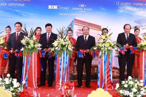 Prime Minister Nguyễn Xuân Phúc and Prime Minister Thongloun Sisoulith cut the ribbon inaugurating the Crowne Plaza Vientiane.