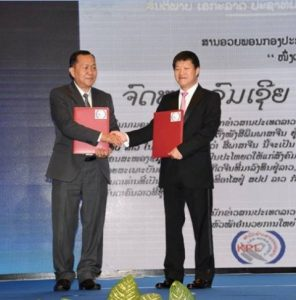 KPL Director General Sounthone Khanthavong (left) next to President of Chinese Chamber of Commerce in Vientiane Boulapha Santikhongkha (photo credit: KPL)