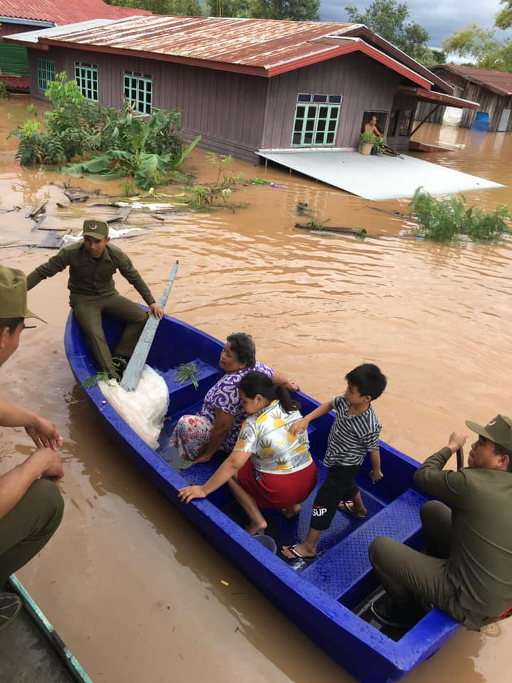 Soldiers assist in the evacuation of villagers